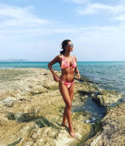 MILF celebrity Melanie Sykes in bikini